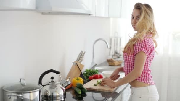 žena v kuchyni řezání zeleniny