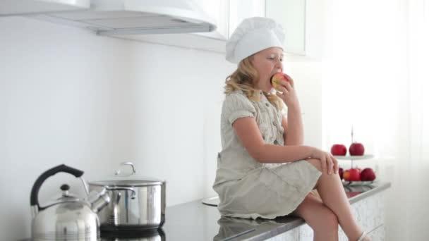 Cook dívka kousat jablko