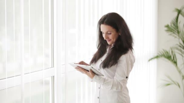 mladá žena pomocí touchpadu