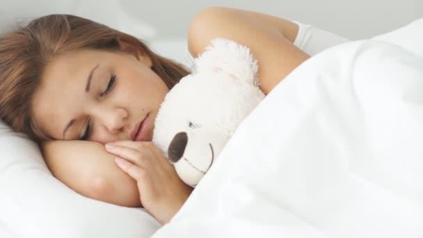 Fiatal nő alszik az ágyban