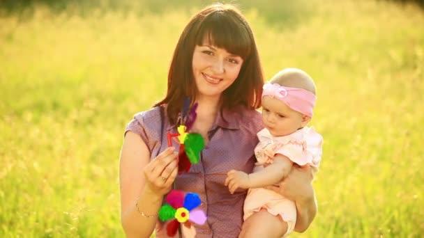 matka a dítě v louce