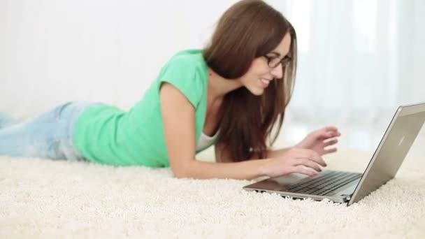 žena pracující na laptop.