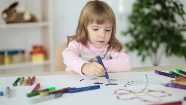 Gyermek festés jelölőkkel.