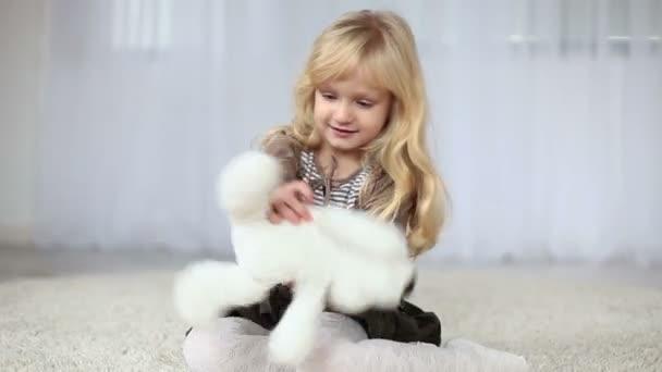 Gyermek játszó egy mackó