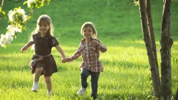 két lány fut