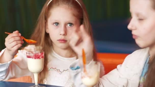 sestry jíst zmrzlinu