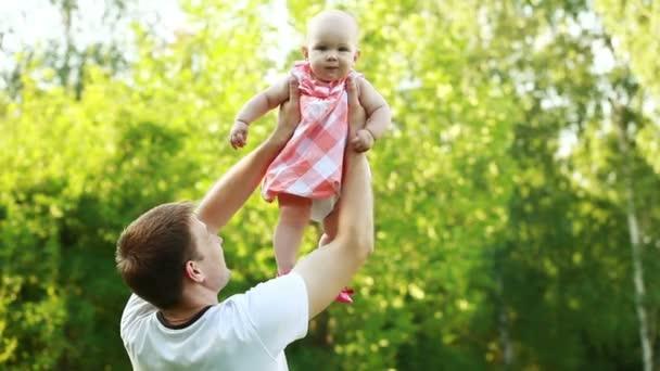 Apa és lánya a parkban.
