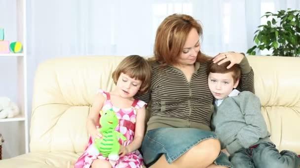 rodina sedí na gauči