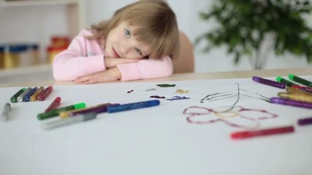 Lány feküdt egy táblázat