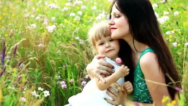matka a dítě v poli