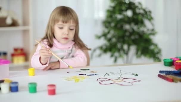 A lány megtanul festeni