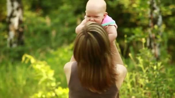 Anya játszik a baba