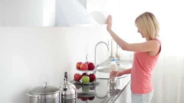 žena nalil sklenici mléka