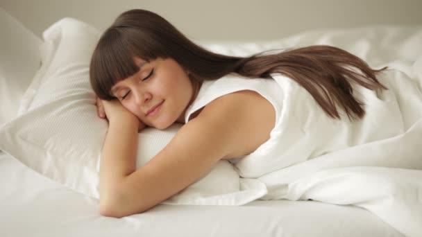 Dívka spí v posteli
