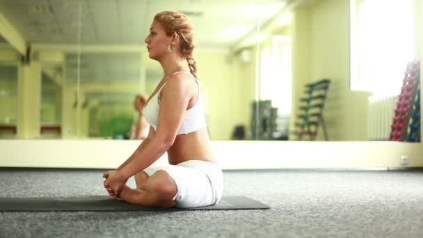 Žena cvičí jógu