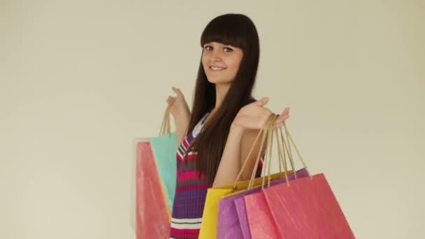 Roztomilá dívka hospodářství nákupní tašky