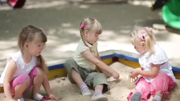 dívky hrají na pískovišti
