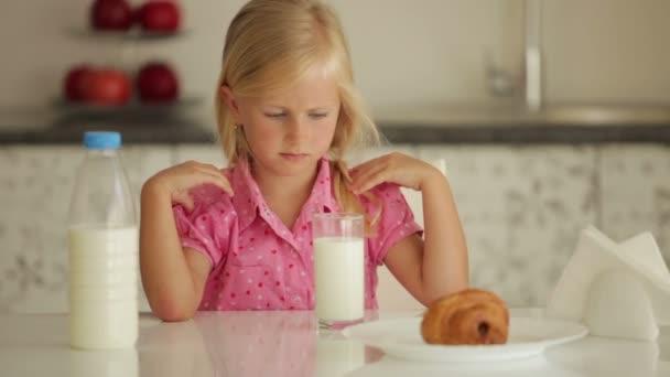 dívka sedí u kuchyňského stolu