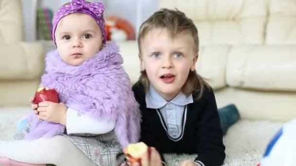děti jíst jablka