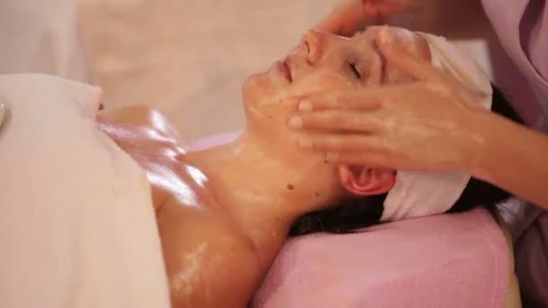 masérka dělat masáž