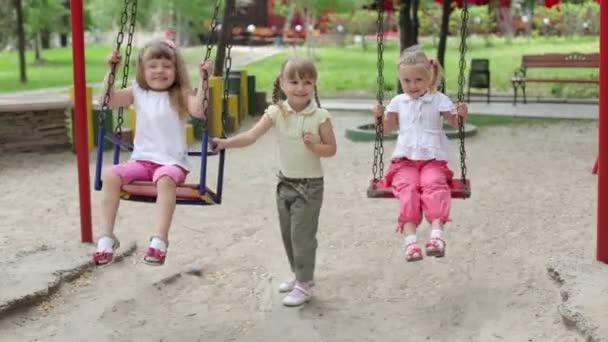 niedliche Kinder auf dem Spielplatz
