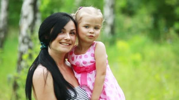 Dcera objímající matka