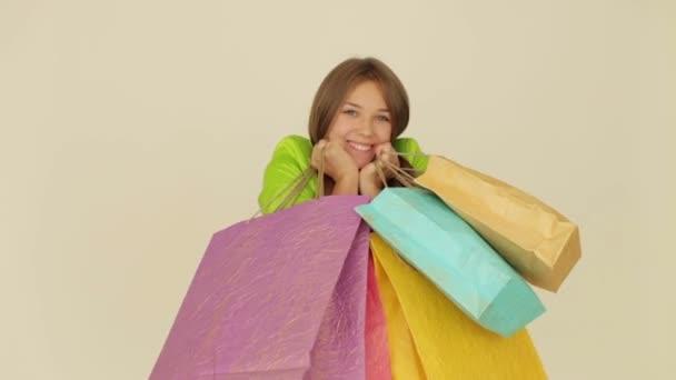 Dívka držící nákupní tašky
