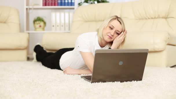 žena pracující s laptopem