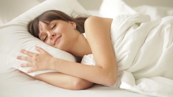 Csinos lány az ágyban alszik