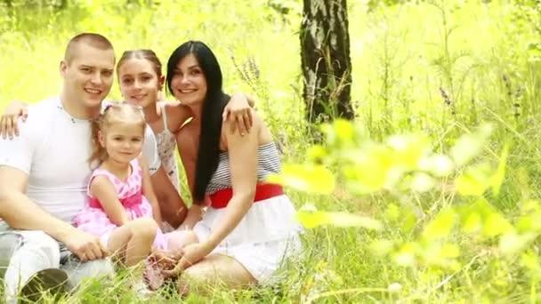 šťastná rodina v parku.