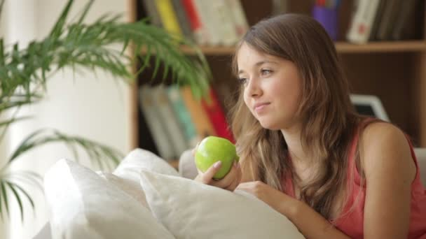 dívka relaxační na pohovku jablko