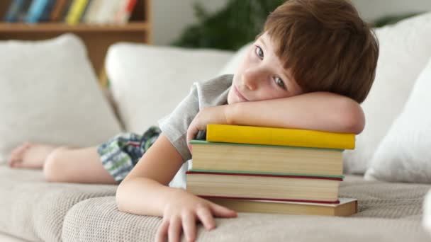 Chlapec s hromadou knih