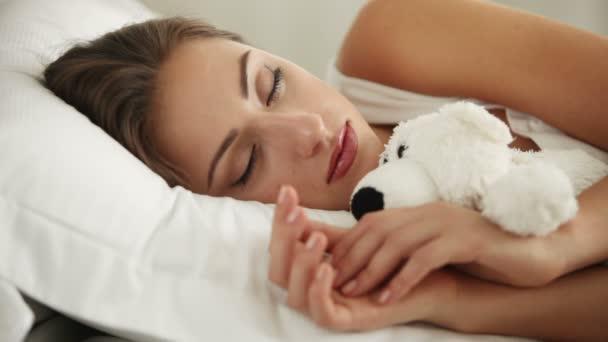 aranyos lány alszik az ágyban