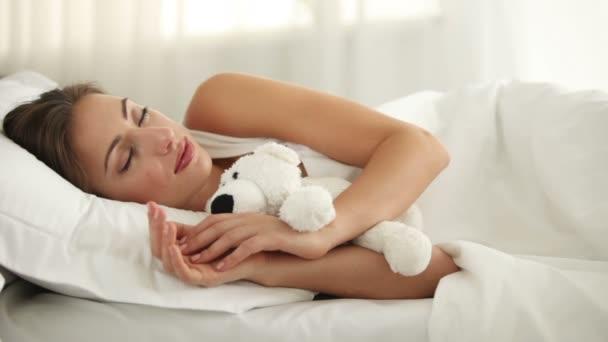 gyönyörű fiatal nő alszik