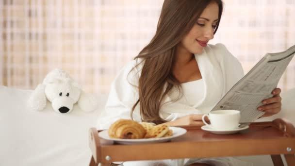 Aranyos fiatal nő az ágyban pihentető