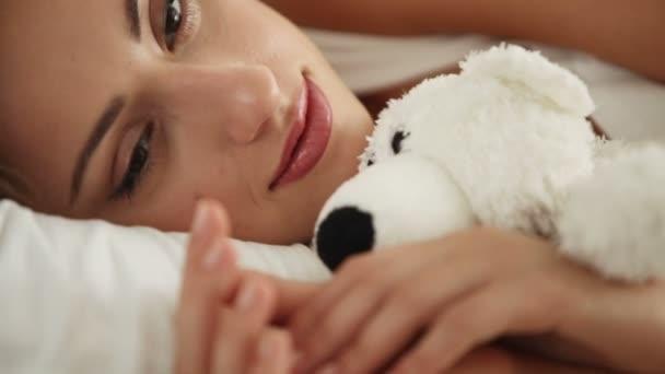 aranyos fiatal nő alszik az ágyban