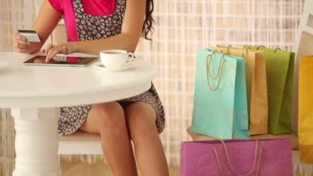Gyönyörű lány gazdaság hitelkártya