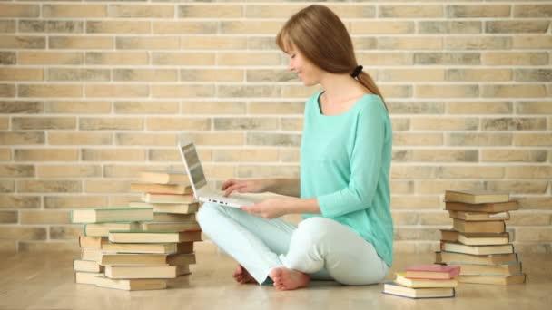 lány ül a földön a könyvek