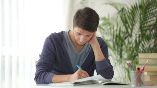 muž sedí u stolu a studiu
