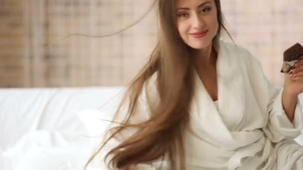 Roztomilá dívka na posteli jíst