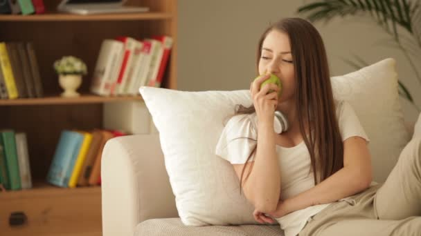 dívka sedící na gauči s headsetem