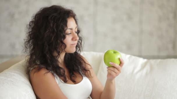 nő ül a kanapén étkezési Alma