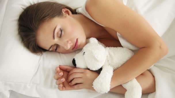 aranyos fiatal nő alszik