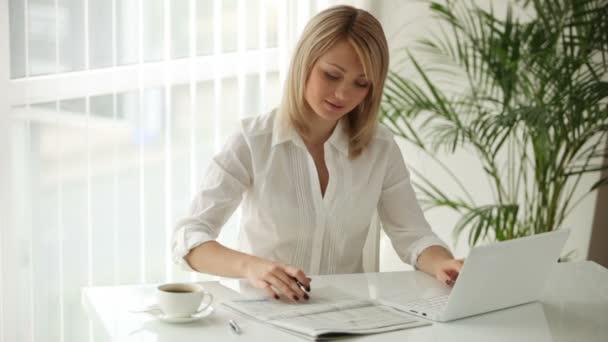 podnikatelka, sedící u stolu