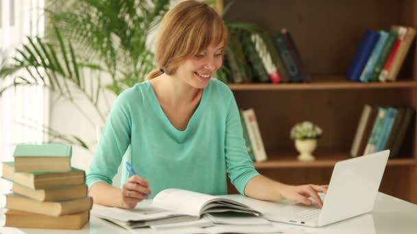 lány ül az asztal tanul