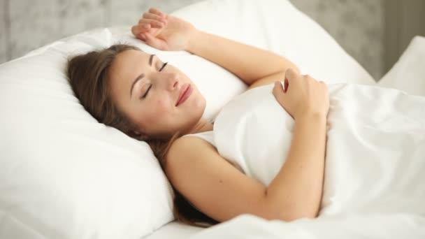 roztomilá mladá žena spící