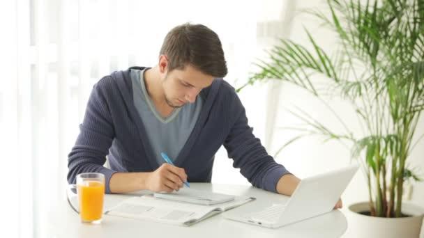 Mužské student sedí u stolu