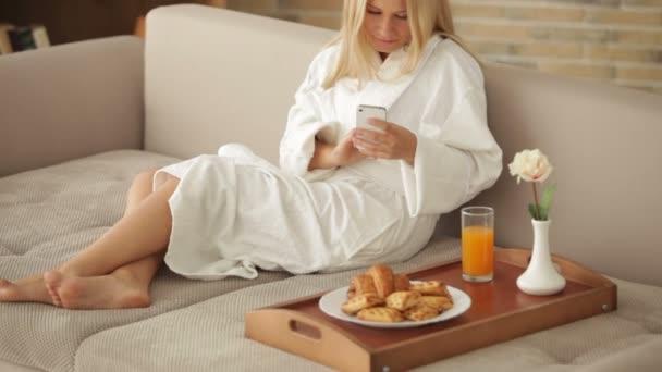 žena v županu relaxační na pohovce