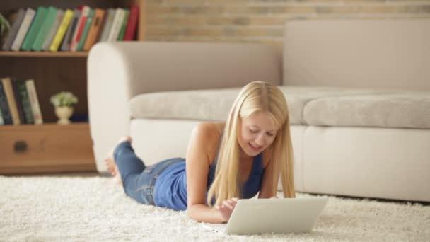 dívka ležela na koberci přes notebook