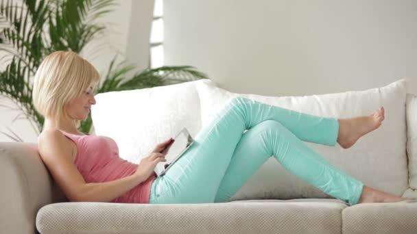 dívka ležela na pohovce s notebookem